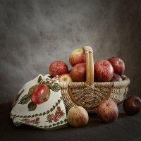 Натюрморт с яблоками. :: Лилия *