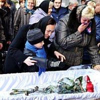 Прощання сина з батьком, який загинув у АТО :: Степан Карачко