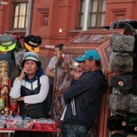 Скучно торговать сувенирами :: Elen Dol