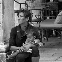 Женщина с ребёнком :: Николай Ярёменко