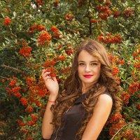 Девушка в гроздьях рябины... :: Игорь Пикулов
