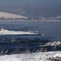 В реке студёная вода,покрыты снегом берега,однако уж,пришла она - сибирская зима... :: Александр Попов