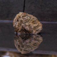 Камень в луже :: Андрей Воробьев