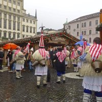 Ряженные на рождественской ярмарке. :: Galina Dzubina