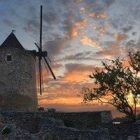 Старая мельница крутится,вертится :: Виталий Внимательный.