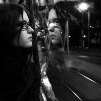 Софка Таранова едет за журнальным столиком :: Молодой Человек