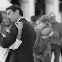 Последний поцелуй ,  так трудно оторваться :: человечик prikolist