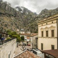 Город внизу, вид с крепостной стены :: Gennadiy Karasev