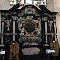 Очень красивые гробницы :: Елена Смолова