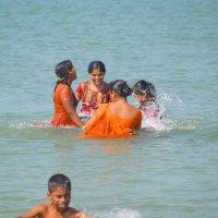 Индианки в океане... :: Demian