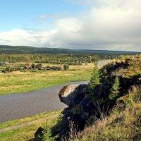 Вид со скалистого плато, пос. Староуткинск, на реку Чусовую. :: Пётр Сесекин