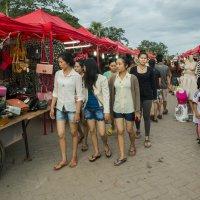 Лаос. Вьентьян. На вечернем рынке :: Владимир Шибинский