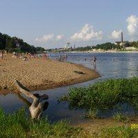На реке Великой пляж, рядом Кремль, а не муляж... :: Виктор Мухин