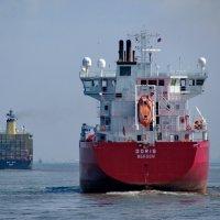 ... держат путь согласно фрахту в порт, в порт! :: Анатолий Кушнер