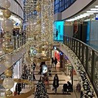 В торговом центре в предпраздничные дни :: Nina Yudicheva