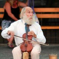 Уличный музыкант. Крым. Алушта. :: Сергей Сенич