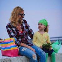 Мама с дочкой. Крым. Алушта. :: Сергей Сенич