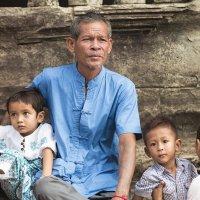 Камбоджийская семья...Ангкор... :: Наталья