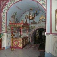 Рака над мощами преподобного Мефодия Пешношского, почивающими под спудом в Сергиевской церкви Николо :: Виктор