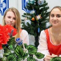 ой,под елочкой девочки :: Олег Лукьянов