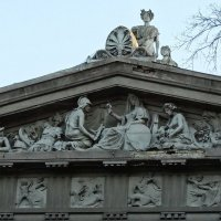 Скульптуры на фронтоне Киевского художественного музея :: Владимир Бровко