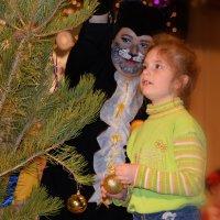 Кот Базилио и девочка наряжают елку :: Валерий Лазарев