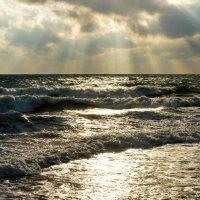 Лучи солнца обнимающие холодное штормовое море. :: Татьяна Гордеева