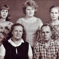 Бабушка, дедушка, мама и дочки. 1960 год :: Нина Корешкова
