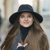 Прохожая а шляпе :: Александр Степовой