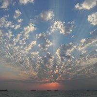 Небесный веер закатных лучей над морем :: Александр