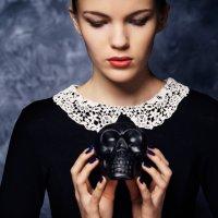 Наташа и череп :: Сергей Крылов