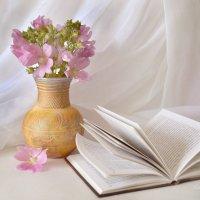 С книгой и розовыми цветами :: Галина Galyazlatotsvet