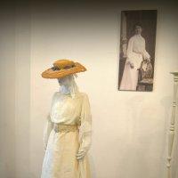 Женское платье на выставке :: Ростислав