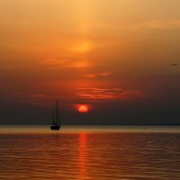 Утомлённое солнце нежно с морем прощалось.. :: Нилла Шарафан
