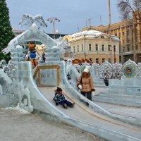 Раздолье детишкам на горках в ледовом городке. :: Пётр Сесекин