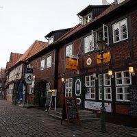 Старинная улочка с фахверковыми домами ( Lämmertwiete) :: Nina Yudicheva