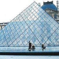 На фоне Лувра. :: Наталья Лебедева