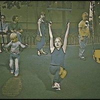 На детской площадке :: Григорий Кучушев