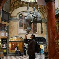 Прага. Кормление перевёрнутого коня :: Ольга Долбилина