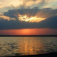 Рассвет на озере :: Алексей Безуглов