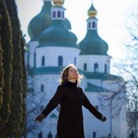 Возле церкви :: Николай Хондогий