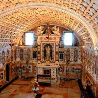 Интерьер в Итальянской кaтолической церкви. :: Михаил Столяров