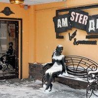 В снегопад, возле городского кафе :: Николай Белавин