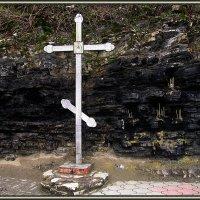 Стена памяти и поминальный крест у источника Св. Иоанна Крестителя и часовни Николая Чудотворца в ур :: Вера