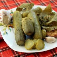 Огурцы с чесноком и листьями смородины :: Дмитрий Конев