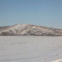 Снежное поле у горы :: Наталья Золотых-Сибирская
