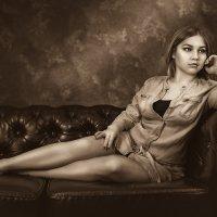 Девушка на кожаном диване :: Алексей Ануфриев