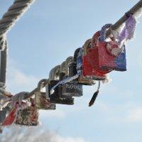 Замочки на мосту желаний, оставленные парами заключившими брак :: Сергей Тагиров