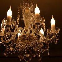 Люстра с горящими лампочками - свечами :: Сергей Тагиров