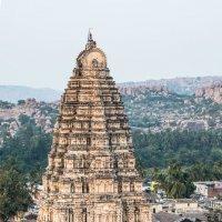 Вид на храм Вирупакши с холма Хемакута :: Виктор Куприянов